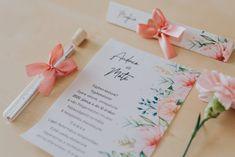 Elegáns virág mintákkal díszített meghívó. A hasáb alakú dobozában található a szatén szalaggal díszített kémcső. A benne található, mintával díszített pauszpapíron olvashatóak a meghívóra megálmodott szövegek. A pauszpapír feltekerve, organza szalaggal átkötve található a kémcsőben. #kémcsövesmeghívó #esküvőimeghívó #meghívó #testtube #testtubeinvitation  #üzenetapalackban  #kreatívcsiga #weddinginvitation #wedding #invitation #esküvő #vízfesték #watercolorpainting #vintageinvitation Gift Wrapping, Tableware, Gifts, Gift Wrapping Paper, Dinnerware, Presents, Wrapping Gifts, Tablewares, Favors