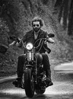 Bobber Harley Davidson goes well with the outfit Vintage Motorcycles, Custom Motorcycles, Custom Bikes, Motorcycle Style, Biker Style, Motorcycle Men, Moto Cafe, Motorcycle Photography, Sexy Beard