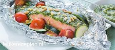 BBQ idea : packets of salmon with zucchini, cherry tomatoes, home-made pesto and pine nuts. Salmon Recipes, Fish Recipes, Beef Recipes, Pulled Pork Recipes, Barbecue Recipes, Bbq Salmon In Foil, Cobb Bbq, Pork Brisket, Zucchini