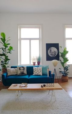 Designer couch bunt  Katherine Vo's Orange County Home Tour | Blue velvet couch, Velvet ...