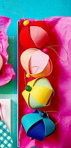 round-felt-ornaments-2b5c05d7 Easy Christmas Ornaments, Easy Christmas Decorations, Handmade Ornaments, Felt Ornaments, How To Make Ornaments, Simple Christmas, Handmade Christmas, Holiday Crafts, Diy Christmas