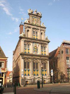 Westfries Museum  Het verleden glanst in het Westfries Museum In het historische hart van Hoorn, pal aan het mooie stadsplein de Roode Steen, staat het Westfries Museum. Gehuisvest in één van mooiste monumenten van de stad, het in 1632 gebouwde Statencollege. Makkelijk te herkennen aan de zeer rijk versierde voorgevel.        Zo imposant als het gebouw er aan de buitenzijde uit ziet, zo intiem is het binnen. In het Westfries Museum kunt u heerlijk dwalen door maar liefst 27 verschillende…