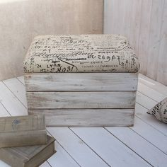 Products Archive - Page 13 of 15 - Contemporary quilted bedspreads Wooden Pallet Furniture, Wooden Crates, Furniture Decor, Reupholster Furniture, Furniture Making, Crate Ottoman, Crate Seats, Bohemian Bedding, Crate Storage