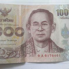 #タイ #バーツ の新紙幣か 見慣れたのよりリアリズム 顔面神経麻痺の症状も写し出しているように見える 鼻の穴も大きく描かれ横に引きつった感じになっている #東南アジア 的な鼻といえるより実物に近いのだろう 裏面は #プミポン ではなく昔の人の像 #thailand