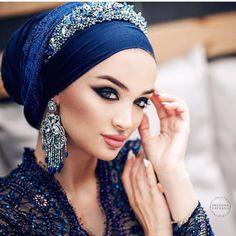 Hijab Turban Style, Mode Turban, Hair Wrap Scarf, Hijab Style Tutorial, Hijabs, Hijab Wedding Dresses, Head Accessories, Fashion Accessories, Fascinator Hats