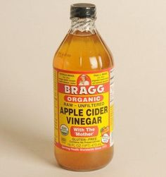 taking a teaspoon of apple cider vinegar every three to four days. Just mix it in a glass of water, he says. The apple cider vinegar helps the body eliminate toxins from your system. Foot Remedies, Natural Remedies, Acne Remedies, Warts Remedy, Vinegar Hair Rinse, Apple Cider Vinegar For Hair, Apple Cider Benefits, How To Lighten Hair, Tips Belleza