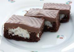 """Recept s fotopostupom na zaujímavý """"kopčekový"""" koláč s pusinkami uprostred kakaového korpusu."""