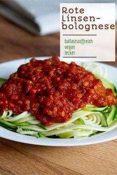 Herzhaft und lecker: Diese rote Linsen-Bolognese schmeckt nicht nur super, sondern ist auch reich an Ballaststoffen und wertvollen Nährstoffen.