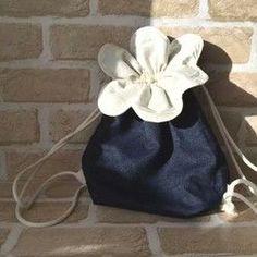 体操着袋にも使える、キッズ〜大人用の花びらモチーフのリュックです。ナップザックの軽さ便利さはそのままに、おしゃれなデザインを追求しました。●size/約35×35cm(花びらを除く袋部分)           底 8×26cm           紐2m×2本使用●生地/ピンストライプ(表)、生成り(内布)●フック用のループ付き♪※画像は小さいサイズ(こどもお花リュック)ですので柄の出方が多少異なります。・金具を使っていないので、お子様も安心してお使いいただけます。・生なりの内布を使用した、二重の作りです。・大人の方にもお使い頂ける大きさのリュックです。ランドセルの上から背負う体操着袋としても使えます。・ハンドメイドならではのオリジナルデザインです。おそろいにもぜひ♪☆柄違いや小さいサイズ、同じ花びらモチーフの巾着(コップ袋・給食袋・お弁袋)もございます。ギャラリーをご覧ください♪☆ギフトラッピング無料で承ります☆お気軽にお申し付けください。ナップサック/キッズ/子供/おでかけ/おそろい/女の子/男の...