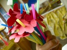 Ram de flors fet amb canyes de plàstic i siluetes de cartolina/mother's day flowers preschool craft