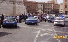 Roma, paura tra i turisti al Colosseo: minaccia ragazza con un coltello Ha seminato il panico lungo via dei Fori Imperiali. Dal Colosseo a Piazza Venezia, vestito di nero e con un grande coltello da cucina ha terrorizzato centinaia di turisti. Poi ne ha scelto una tra la #paura #colosseo #roma