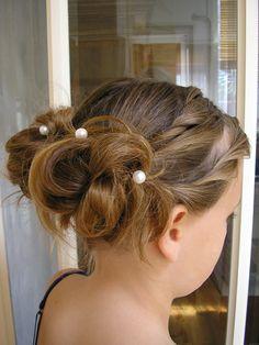 Bruidsmeisje: kapsel met parels: www.zennabruidsstyling.nl