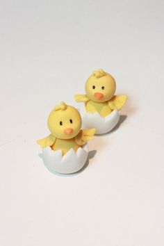 Little Chick Tutorial, from Sharon Wee Creations. - Little Chick Tutorial, from Sharon Wee Creations. Learn to make these cupcake toppers – Perfect - Fondant Figures, Fondant Cake Toppers, Fondant Cakes, Fondant Bow, Cupcake Toppers, Cupcake Cakes, Fondant Animals, Clay Animals, Easter Cupcakes