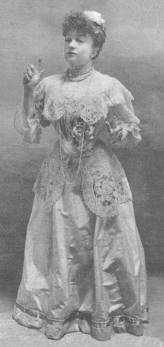 Marguerite Deval, 1905 trong bức ảnh này có thể thấy rõ những hoạ iết ren dày đặt trên trang phục , và phần dưới là bèo bèo cùng vòng cổ sang trọng tinh tế .