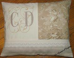 Coussin monogramme et toile de Jouy - objets déco - Amarante - Fait Maison