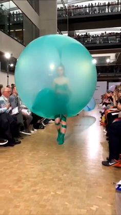 Tjærandsen Balloon Runway Dress Norwegian designer Fredrik Tjærandsen steals the show with Central Saint Martins BA show in May designer Fredrik Tjærandsen steals the show with Central Saint Martins BA show in May 2019 Couture Fashion, Runway Fashion, Fashion Art, High Fashion, Fashion Show, Fashion Design, Crazy Dresses, Funny Dresses, Mode Bizarre