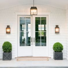 BECKI OWENS- Spring Curb Appeal: Painted Front Doors + Paint Guide Painting your front door is a quick and inexpensive way to change the look and feel of your exterior. Check out these beautiful door ideas + paint guide. Front Porch Plants, Outside Lights On House, Outside Porch Lights, Front Porches, Decoration Entree, Painted Front Doors, Front French Doors, Double Front Doors, Glass Front Door