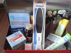 Erste-Hilfe-Box für alte Leute. Scherzgeschenk z.B. zum 30sten Geburtstag. Dazu gab es noch einen Rückenkratzer, einen Schuhanzieher und eine Gehhilfe. Das richtige Geschenk (Konzertkarte) versteckte sich unten in der Box.