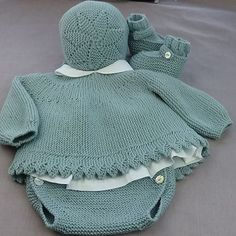 This Pin was discovered by Ümi Baby Knitting Patterns, Knitting For Kids, Baby Patterns, Crochet Baby Jacket, Crochet Baby Hats, Girl Doll Clothes, Diy Clothes, Tricot Baby, Gifts For Newborn Girl
