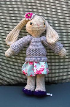 amigurumi bunny, so cute! Crochet Cross, Crochet Bunny, Cute Crochet, Crochet For Kids, Knit Crochet, Crocheted Animals, Crocheted Toys, Knitted Dolls, Crochet Dolls