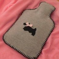 Hot water bottle cover from old sweatshirt Easy Sewing Projects, Sewing Crafts, Old Sweatshirt, Wine Bottle Covers, Cool Things To Make, How To Make, Baby Slippers, Diy Bottle, Old T Shirts