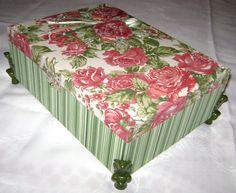 Casamento: caixa para banheiro feminino, forrada de tecido, com  flores  em arte francesa decoradas com tinta dimensional e laço de fita, pés em resina- 1