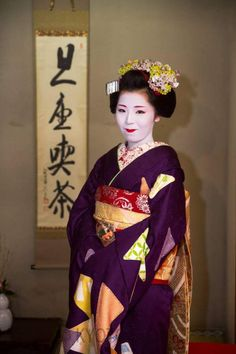"""kamishichiken: """" March maiko Naokinu, who is now a second-year maiko! She will now paint both lips (instead of just the bottom lip) and wear kanzashi without shidare (the hanging tassels). Japanese Costume, Japan Art, Yukata, Japan Fashion, Deep Purple, Asian Beauty, Sari, Culture, Female"""