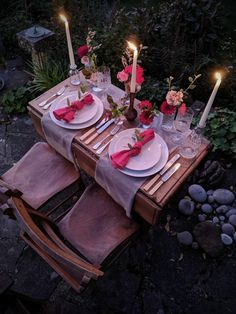 Romantic table setting, dining at dusk with candles and flowers Romantic Dinner Tables, Romantic Dinner Setting, Romantic Date Night Ideas, Romantic Picnics, Romantic Dinners, Date Night Dinners, Date Dinner, Dinner Sets, Romantic Room Surprise