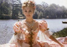 Michèle Mercier était d'une beauté suprême. Comme j aime les films Angelique!!!