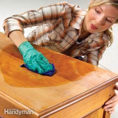 Κοινοποιήστε στο Facebook Ακολουθούν 15 DIY κόλπα για να κάνετε τα ξύλινα έπιπλά σας να μοιάζουν σαν καινούργια: Κηρομπογιές Βρείτε ένα κοντά στην απόχρωση του ξύλου σας και λιώστε το για να το χρησιμοποιήσετε επάνω στη γρατσουνιά. Τοποθετήστε το κερί...