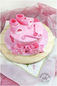 Tort urodzinowy dla dziewczynki z cukrowymi bucikami, więcej na www.pieceacake.pl