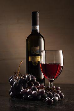 || WINE || la composizione è una delle cose più importanti nello still life, la bottiglia di vino, il calice e l'uva..  #stilllife #garageadv #vino #uva #rosso #red #wine