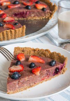 TARTE CRÉMEUSE AUX FRAISES Une recette végétarienne de tarte aux fraises (et myrtilles en option) qui peut être faite avec les fruits rouges de votre choix, ou du citron...Tout en étant crémeuse, cette succulente tarte vegan est également excellente pour la santé: http://www.gourmet-vegetarien.com/tarte-vegan-fraises/
