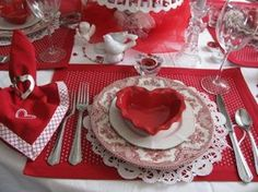 21 Most Romantic Valentine Dining Table Decoration Ideas - Valentinstag Valentines Day Tablescapes, Valentine Day Table Decorations, Valentines Day Dinner, Valentine Day Crafts, Vintage Valentines, Decoration Table, Happy Valentines Day, Valentine Ideas, Romantic Table