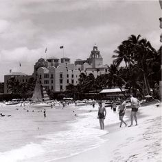Moana hotel beach front 1940s the water comes all the for Living room kumu kahua