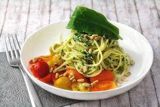 Spaghetti mit Bärlauch mit Hüttenkäse und Pinienkerne auf marinierten Tomaten
