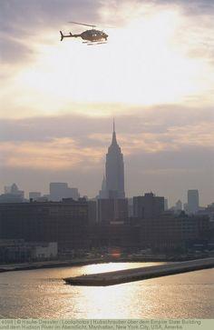 Hubschrauber über dem Empire State Building und dem Hudson River im Abendlicht, Manhattan, New York City, USA, Amerka