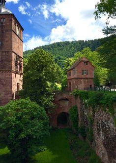 Schloss Heidelberg: Durch dieses Torhäuschen des Heidelberger Schlosses kommt man nur mit Eintrittskarte oder HeidelbergCARD. Historical Sites, 17th Century, Places To See, Germany, Mansions, World, House Styles, Kirchen, Traveling