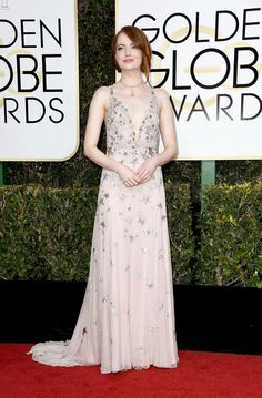 emma-stone-la-la-land-2017-golden-globe-awards-red-carpet-fashion-valentino-tom-lorenzo-site-2