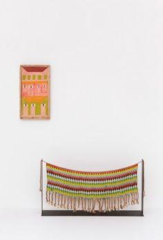 """As cores e formas da """"Fachada"""" de Alfredo Volpi se conectam com a tanga da tribi kirdi, dos Camarões."""