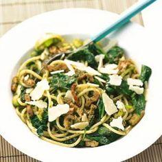 Snel klaar, pasta met pesto, spekjes en spinazie.