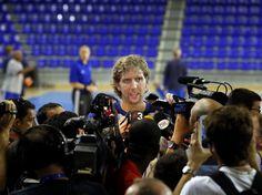 Der Größte: Dirk Nowitzki von den Dallas Mavericks steht Journalisten in der Sportarena Palau Blaugrana in Barcelona Rede und Antwort.   Sein Team weilt zu einem Freundschaftsspiel gegen Barcelona Regal in der Hauptstadt der spanischen Provinz Katalonien. Der Aufenthalt ist Teil der NBA Europe Live Tour 2012. (Foto: Alberto Estevez/dpa)