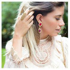A sexta está chegando em alguns minutos... Que tal se embonecar e começar  as comemorações do Dia dos Namorados desde já? Dica de look da Rafa @blografaelacoelho com brincos @carolgregori 💟👏🎉🎁😏 #elausacarolgregori #maxi #brinco #swarovski #luxo #chique #dica #diadosnamorados #blogger #luxury #earrings #chic #classic #instalook #instablogger #ootd #valentinesday