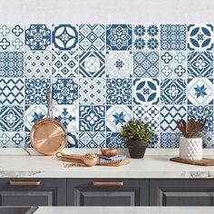 Autocollants imitation carreaux de ciment bleu profond pour relooker la crédence http://www.homelisty.com/credence-adhesive-imitation-carreaux-ciment/