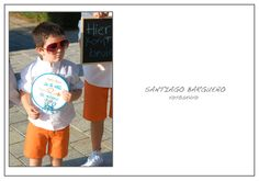 Niño en boda con gafas de sol naranjas