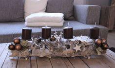 AW61 - Adventdeko aus Schwemmholzteilen! Dekoriert mit natürlichen Materialien, Kugeln, Sternen einem kleinem Hirschkopf und zwei künstliche Hirschgeweih! Preis ohne Kerzen 59,90€ - Aufpreis Kerzen 8,00€ - Größe ca 55x20cm - Erhältlich in Braun, Grau, Grün, Rot, Orange und Champagner.