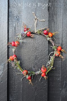 Kranz aus Rosengestrüpp * wreath from old Rose bushes Fall Wreaths, Door Wreaths, Christmas Wreaths, Christmas Decorations, Christmas Diy, Holiday, Garden Care, Old Rose, Decoration Inspiration