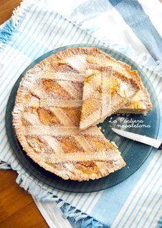 La Pastiera napoletana: la ricetta dei miei nonni, testata e perfezionata per anni. Un classico della cucina campana, ricco di sapori e aromi perfettamente combinati! Potete trovarla su http://noodloves.it/la-pastiera-napoletana/ #Pastiera #Pasqua #Campania #Napoli #PastaFrolla #Ricotta #Canditi #Dessert #ComfortFood #Crostata