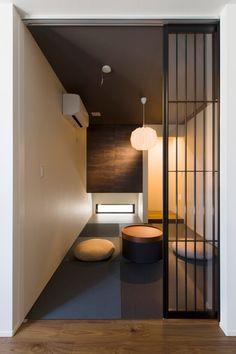 LDKとつながりも考えて和モダンなデザインに。空間を引き締める黒い天井や格子の建具が和の落ち着きを演出。 Japanese Taste, Japanese Modern, Japanese Interior, Japanese House, Zen Design, House Design, Zen House, Plain Wallpaper, Home Fashion