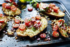 En varm toast där halloumin sätter smaken. Otroligt god med färsk tomat.